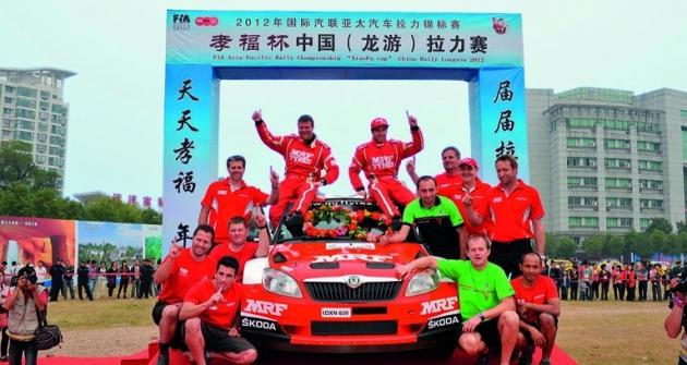 Mistři FIA Asia-Pacific 2012 poČínské rallye Longyou (posádka Atkinson/Prévot smechaniky aposilou zMladé Boleslavi)