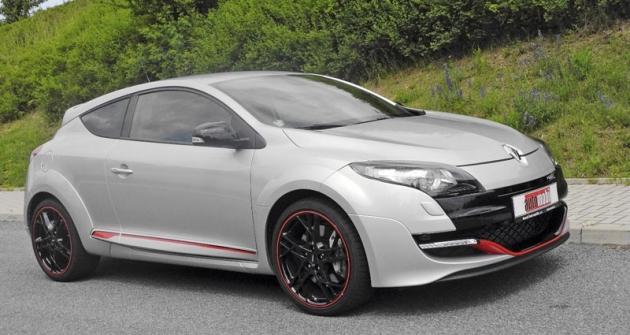Sportovní charakter Mégane R.S., prozrazený již samotným tvarem karoserie, zdůrazňují černá devatenáctipalcová kola sčerveným lemem anízkoprofilové pneumatiky