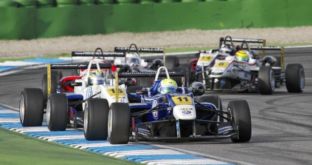 William Buller (Carlin Motorsport) vede před Blomquistem (Ma-Con Motorsport)