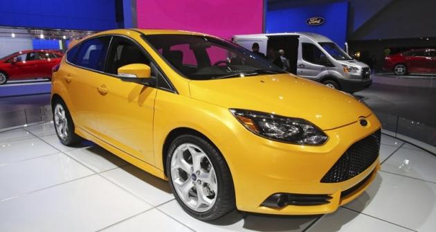 Evropské typy Ford pro USA: vpředu Focus ST 2013, zaním Transit Full Size 2014