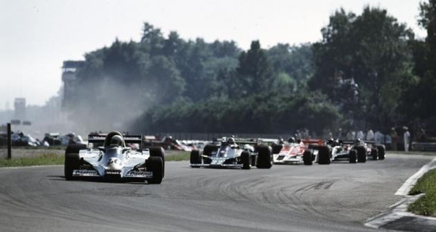 Jody Scheckter (Wolf) před Clayem Regazzonim (Ensign) veVelké ceně Itálie 1977