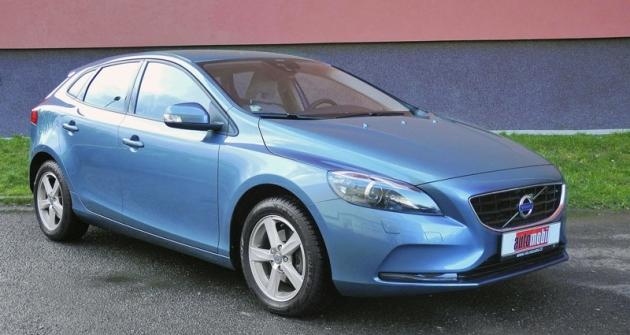 Karoserie má charakteristické znaky vozů Volvo, zejména masku chladiče sdiagonálním pruhem rozděleným logem atvar koncových svítilen, zasahujících až dosloupků