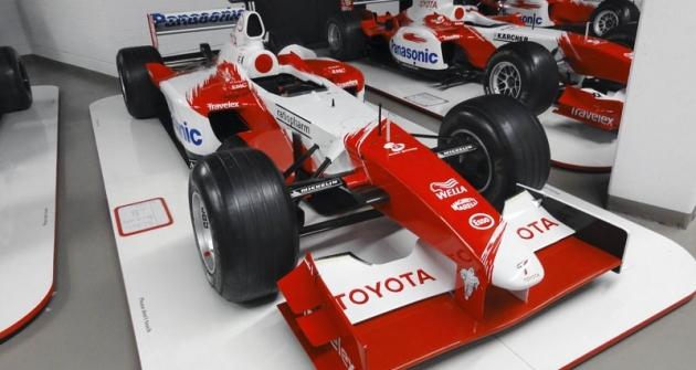 Toyota TF 102/04, sníž debutovali azískali první body vMS formule1 (Mika Salo šestý vAustrálii  aBrazílii 2002); motor 3.0 V10