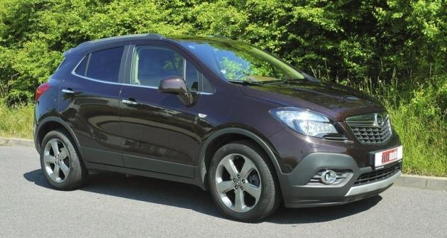 Opel Mokka má, až namenší světlou výšku apřední nájezdový úhel, vnější znaky SUV včetně celoobvodové plastové ochrany spodní části karoserie