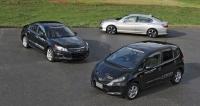 Tři druhy hybridního pohonu pro automobily Honda, vpředu nový Fit/Jazz i-DCD, zaním vlevo SH-AWD spohonem všech kol avpravo i-MMD pro Accord (alternativně Plug-In)