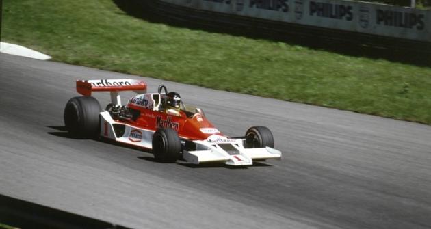 Zavolantem vozu  McLaren M26 Ford naMonze 1977, kde odpadl poporuše brzd...