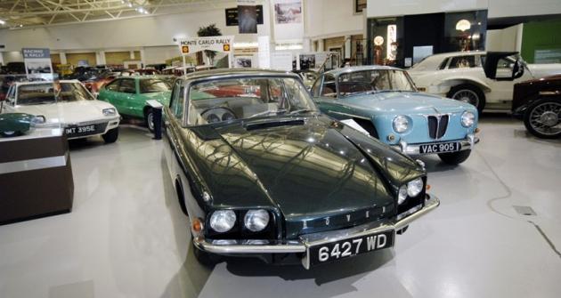 Prototypy turbínových vozů Rover, vlevo sedan T4 svýkonem 103kW (140k) apředním pohonem zroku 1961 (jeho tvary předurčily Rover 2000, Vůz roku 1963); vpravo kupé T3 sturbínou 81kW (110k) vzadu apohonem všech kol (1956)