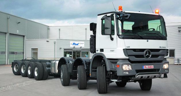 Sedminápravový podvozek Actros se třemi prvními advěma zadními nápravami řiditelnými.