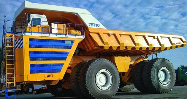 Vozidlo scelkovou hmotnosťou cez 810t dokáže  diesel elektrický pohon rozhýbať až narýchlosť 64 km/h.