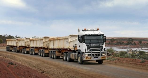 Road train stahačem Scania R 620 V8 ocelkové hmotnosti 200tun vozí zlato zKalgoorlie