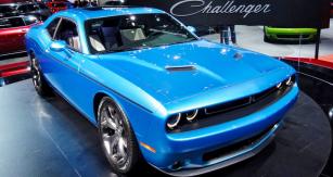 Dodge Challenger  SXT 2015,  typický představitel amerických osmiválců spohonem zadních kol