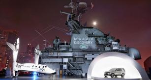 Napalubě Intrepidu maketa kosmické lodi SpaceShip Two odfirmy Scaled Composites průkopníka Burta Rutana astudie Discovery Vision Concept