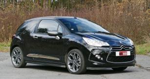 Citroën DS3 Cabrio se zavřenou střechou se vpohledu zpředu neliší odzákladního typu