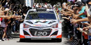 Chris Atkinson (Hyundai i20 WRC) před startem vMexiku