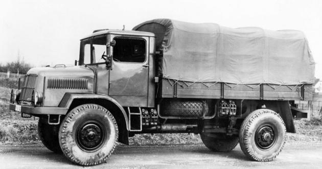 Prototyp Tatra 128  natovárním snímku (zatím ještě setřemi vodorovnými trubkami, chránícími žaluzie masky, regulující přístup vzduchu kventilátorům)