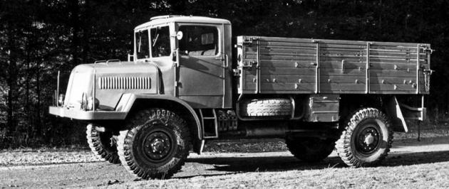 Sériový valník Tatra 128 sužitečnou hmotností 3,0t nasnímku zarchivu obchodní propagace národního podniku Tatra (1951)