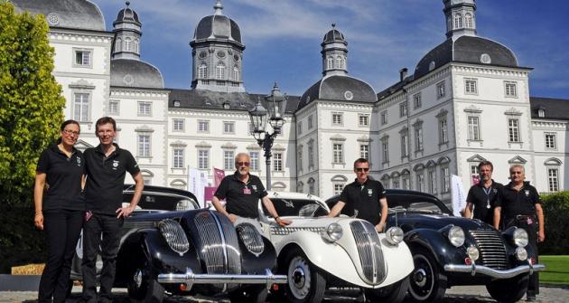 Team Škoda Classic vcíli – zleva manželé Welschovi, Hyan, Kodym, Velebný aStrouhal