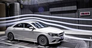 Mercedes-Benz třídy CLA vtovárním vzduchovém tunelu, držitel  aerodynamického rekordu sériového vozu (cx = 0,22)