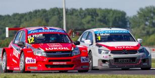 Rob Huff (Lada Granta) aYvan Muller (Citroën C-Elysée) naSlovakiaringu ještě před propuknutím průtrže mračen, která jeden závod zkrátila adruhý zrušila