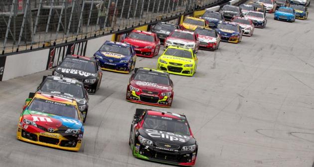 Před startem nakrátkém  oválu vBristolu (Tennessee) vprvní řadě Kyle Busch (Toyota Camry) aKasey Kahne (Chevrolet SS)