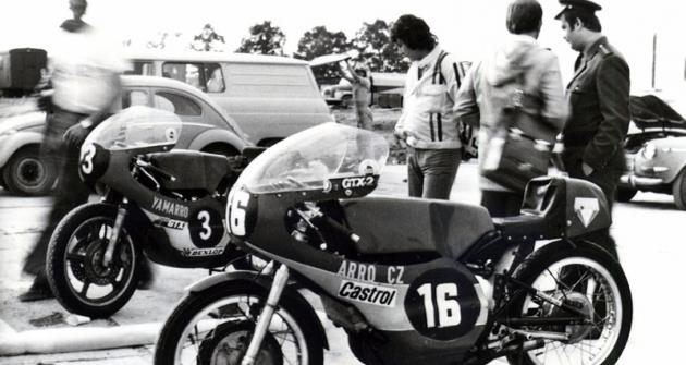 Vparkovišti závodních strojů vJindřichově Hradci (26.září 1976)