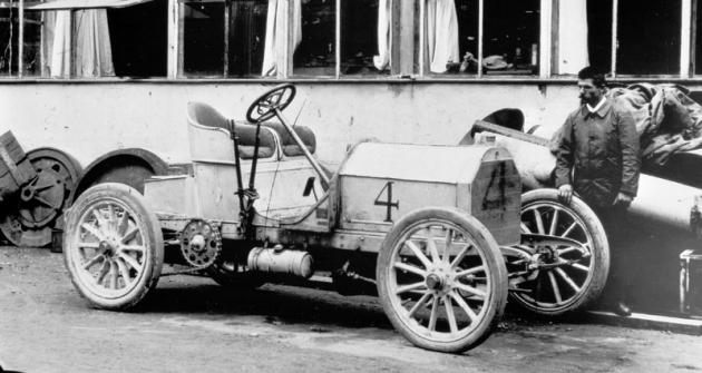 Vroce 1903 Jenatzy slavně zvítězil vzávodě Gordon-Bennettova poháru vIrsku svozem Mercedes Simplex smotorem omaximálním výkonu 60 k.