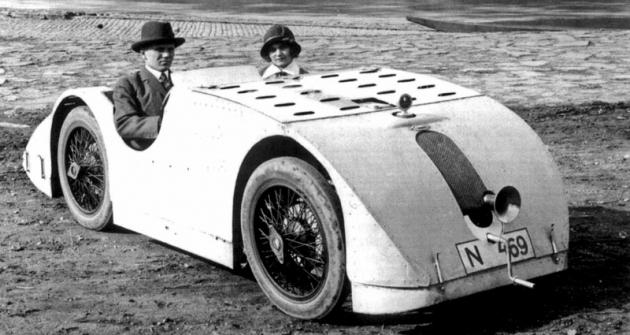 Eliška Junková smanželem Čeňkem vaerodynamickém voze Bugatti 32, který byl přihlášen 24.září 1923 doprovozu vPraze