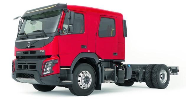Modelový rad Volvo FMX je teraz kdispozícii aj sdvojkabínou pre sedem členov posádky.