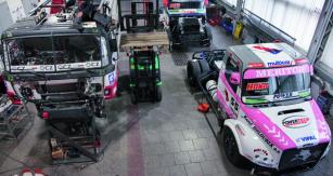 Nové dakarské speciály FAT BOY aFAT BOY II jsou vyvíjeny astavěny vrámci továrního týmu TATRA BUGGYRA RACING  TEAM.