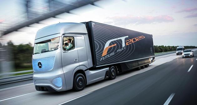 Mercedes-Benz Future Truck pádí dálnicí ajeho řidič/operátor lehce relaxuje navytočeném sedadle řidiče, aniž by zvedl oči odobrazovky svého tabletu. Taky si mohl sednout nasedadlo spolujezdce nebo se případně natáhnout nalůžko. Vypadá to nahezkou budoucnost.
