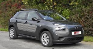 Citroën C4 Cactus poutá pozornost originálním designem karoserie srobustní přídí, střešními držáky nosičů zavazadel azejména bočními plastovými panely