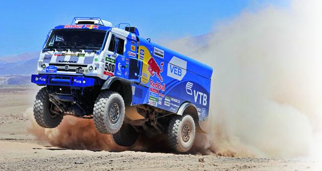 """Kamaz Master Team obsadil vletošním ročníku soutěže Dakar vkategorii """"truck"""" všechny stupně vítězů."""