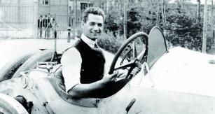 """Ralph de Palma vesvém nejůspěšnějším stroji – Mercedes """"Grey Ghost""""."""