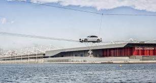 Dramatické představení vLondýně nadvou ocelových lanech osmnáct metrů nad vodní hladinou