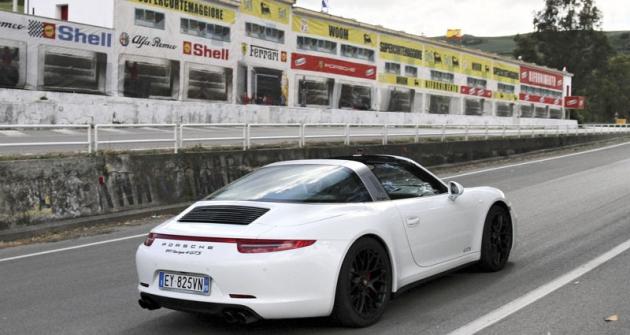 Porsche 911 Targa 4 GTS před slavnými boxy nasilnici SS120 (Cerda)