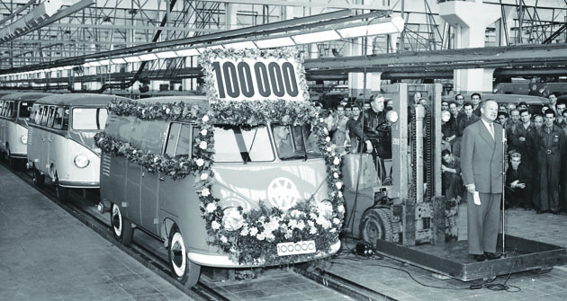 Počtyřech  letech odzačátku  výroby T1 sjelo zlinky  vozidlo spořadovým  číslem 100000. Výroba dosáhla  hranice možností továrny veWolfsburgu – 80 VW Transporterů denně abylo potřeba přemýšlet onové továrně výhradně určené pro výrobu T1.