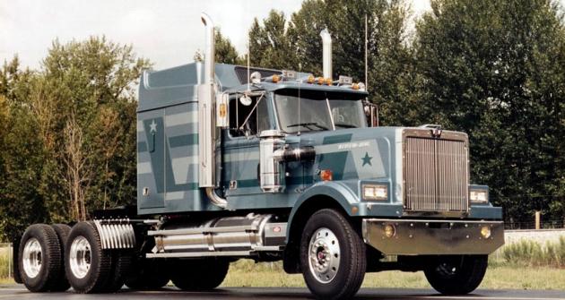 """Klasický tahač návěsů Western Star 4964 sprodlouženou budkou Sleeper Cab 60/66"""" ašestiválcovým motorem Cummins (1986)"""