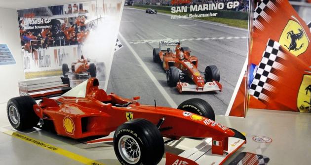 Ferrari F300,  třílitrový desetiválec doV/80°,  snímž Michaelu Schumacherovi vsezoně 1998 mistrovský titul ještě uniknul...