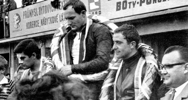 Zleva Giacomo Agostini, Mike Hailwood  aHeinz Rosner, nejlepší vetřídě 350cm3 vbrněnském závodě 1966