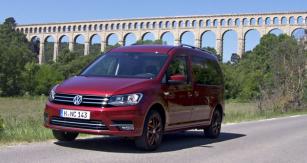 Nový VW Caddy Maxi před akvaduktem nedaleko Marseille
