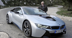 BMW i8, byť jen stříválcem 1,5 litru,  ovšem doplněným elektropohonem, je opravdovým supersportovním vozem