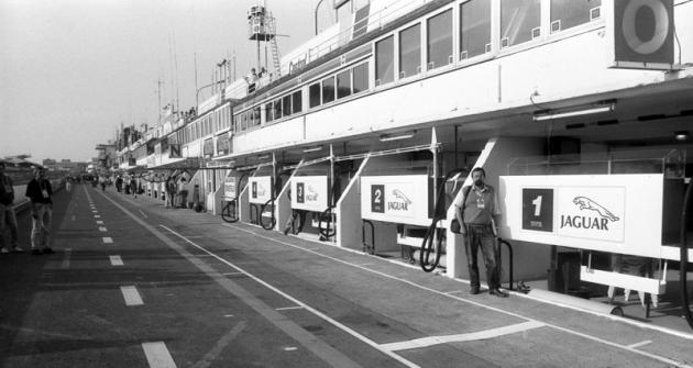 Tom Hyan  při první návštěvě  před starými boxy vroce 1990 (číslo 1 měl Jaguar  posádky David Leslie/ Martin Brundle/Alain Ferté)