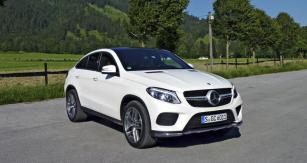 Mercedes-Benz GLE Coupé  je vlastně crossover, kombinující SUV se siluetou čtyřdveřového kupé;  paleta motorů zahrnuje výkony  190 až 430kW (258 – 585k), standardem je pohon všech kol