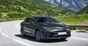 Toyota Avensis má nyní ostřejší linie přídě, stylisticky spřízněné snovým Aurisem; změny se pochopitelně  dotkly iprovedení kombi