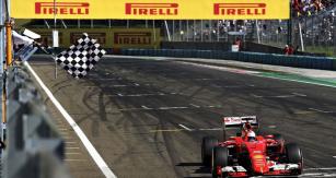 Sebastian Vettel  (Ferrari SF15-T)  vítězí veVelké ceně Maďarska průměrnou rychlostí 170,816km/h