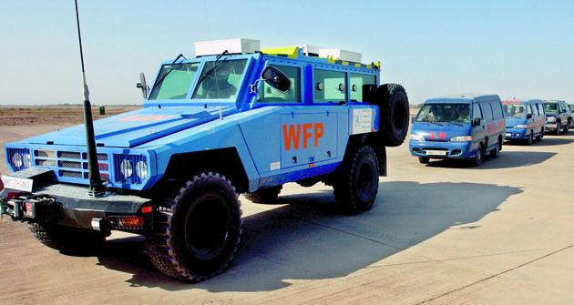 Konvoj vozidel UN/WFP sobrněncem včele.
