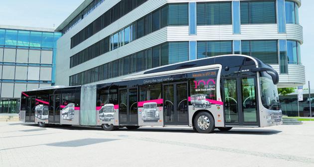 Kloubový autobus o délce 18,75 m disponuje pěti širokými dveřmi.