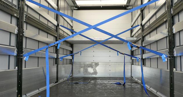 Detail interiéru valníkové plachtové nástavby v provedení CODE XL  s druhou podlahou