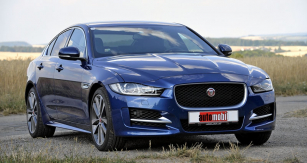 Jaguar XE rozšiřuje nabídku  britské značky směrem dolů; nasnímku testovaný  typ XE 20d R-Sport