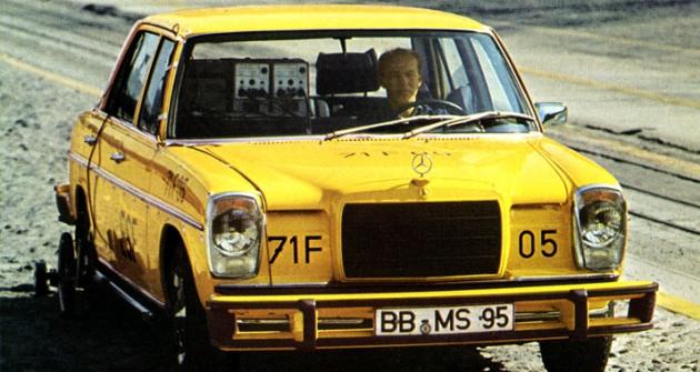Mercedes-Benz střední třídy W114/115 při zkouškách natovárním polygonu vroce 1971 (předchůdce třídy E)